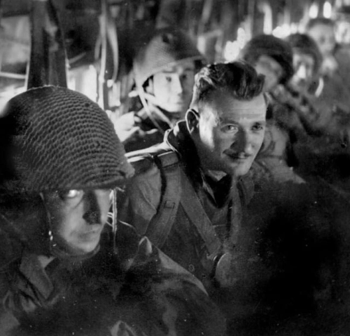 Marzo 1954, uomini del 6° Battaglione Paracadutisti Coloniali poco prima del lancio da un aereo C47