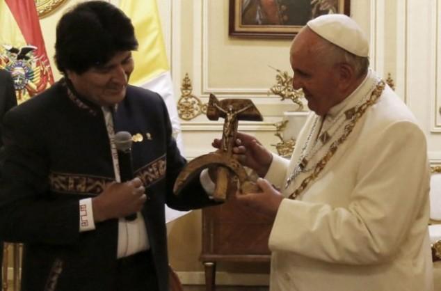 papa francesco falce e martello