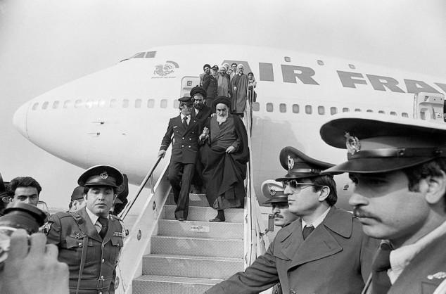 khomeini-imam-scende-dall-aereo-che-lo-riporta-in-iran-dopo-lesilio-francese-rivoluzione-silamica-1979