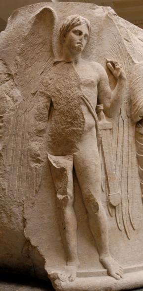 Thanatos come un giovane alato armato di spada. Scultura sul timpano di una colonna del Tempio di Artemide a Efeso, circa 325–300 a.C.