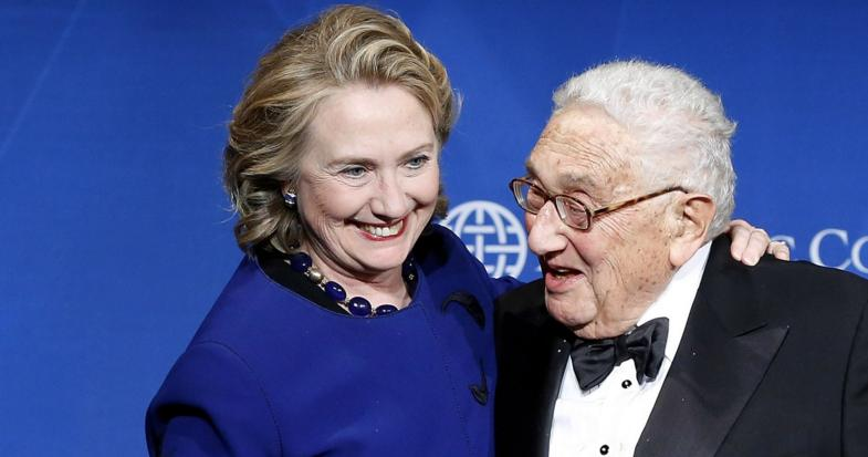 Investiture dall'alto: Hillary benedetta da Kissinger.