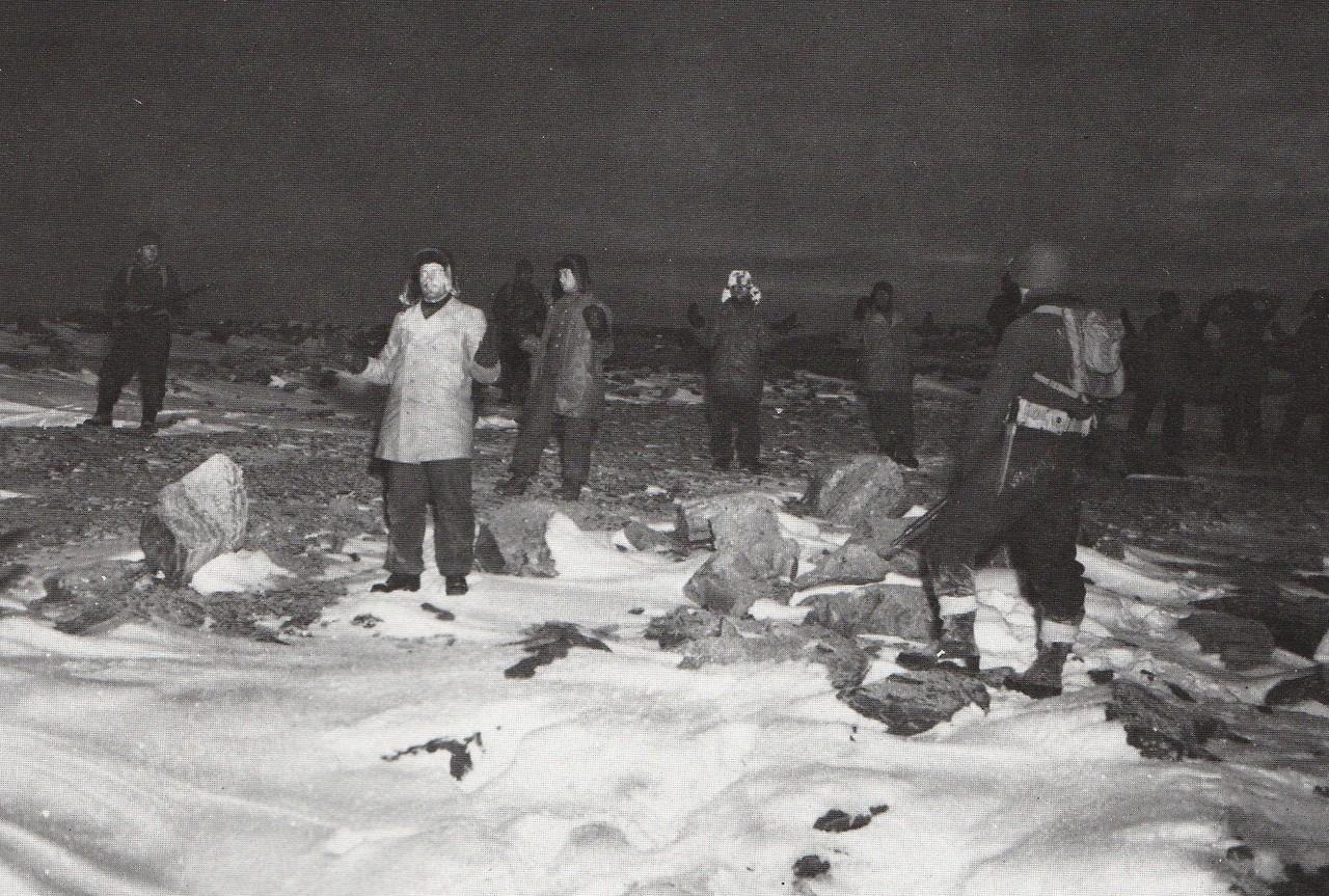 Soldati e prigionieri nella neve