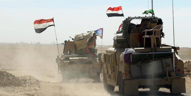 Militari iracheni si riuniscono alla base militare di Qayyarah, a circa 60 chilometri da Mosul