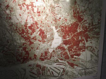 La città di Amburgo. In rosso le zone bombardate nel '43: più del 70%