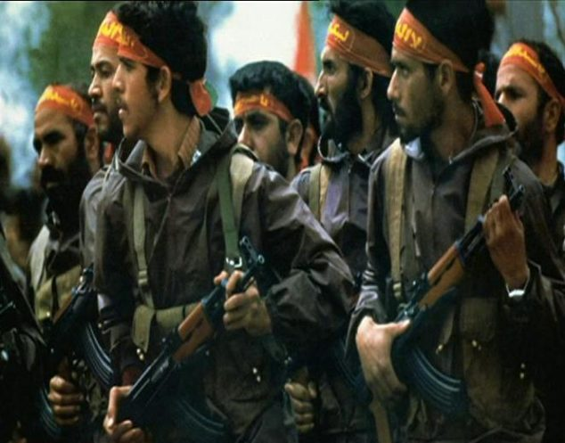 iran-pasdaran-khomeini-rivoluzione-Army_of_the_Guardians_of_the_Islamic_Revolution_troop_marching_with_gun_and_headband